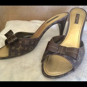 LOUIS VUITTON LOGO BROWN SLIDES